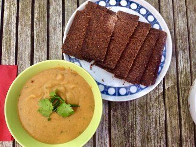 Rode linzensoep met zoete aardappel en kokosmelk