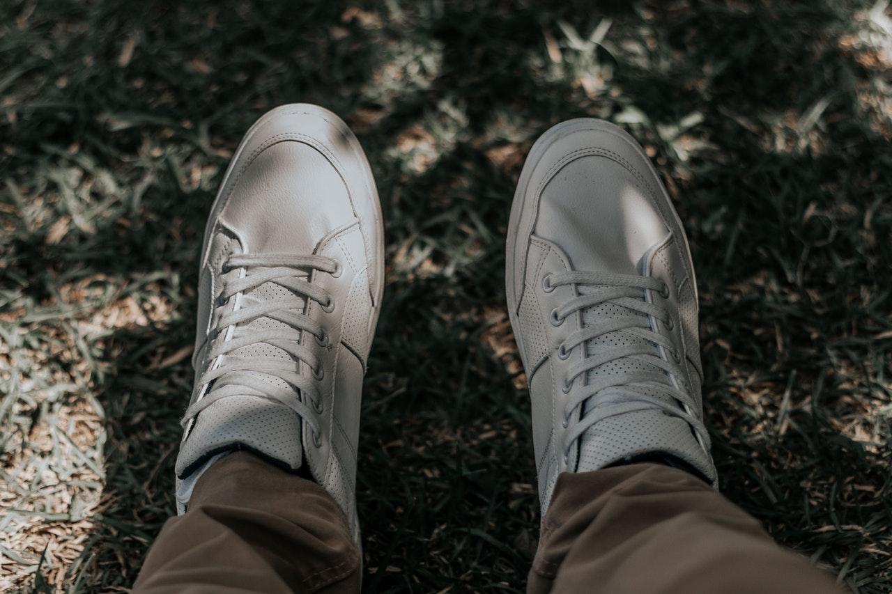 daab025592e Zo maak je je witte sneakers weer wit! - Mannennieuws