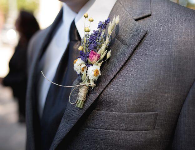 Een corsage is een alternatief voor een pochet.