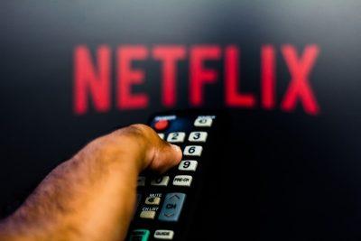 Genieten van Netflix met zonverduisterende rolgordijnen